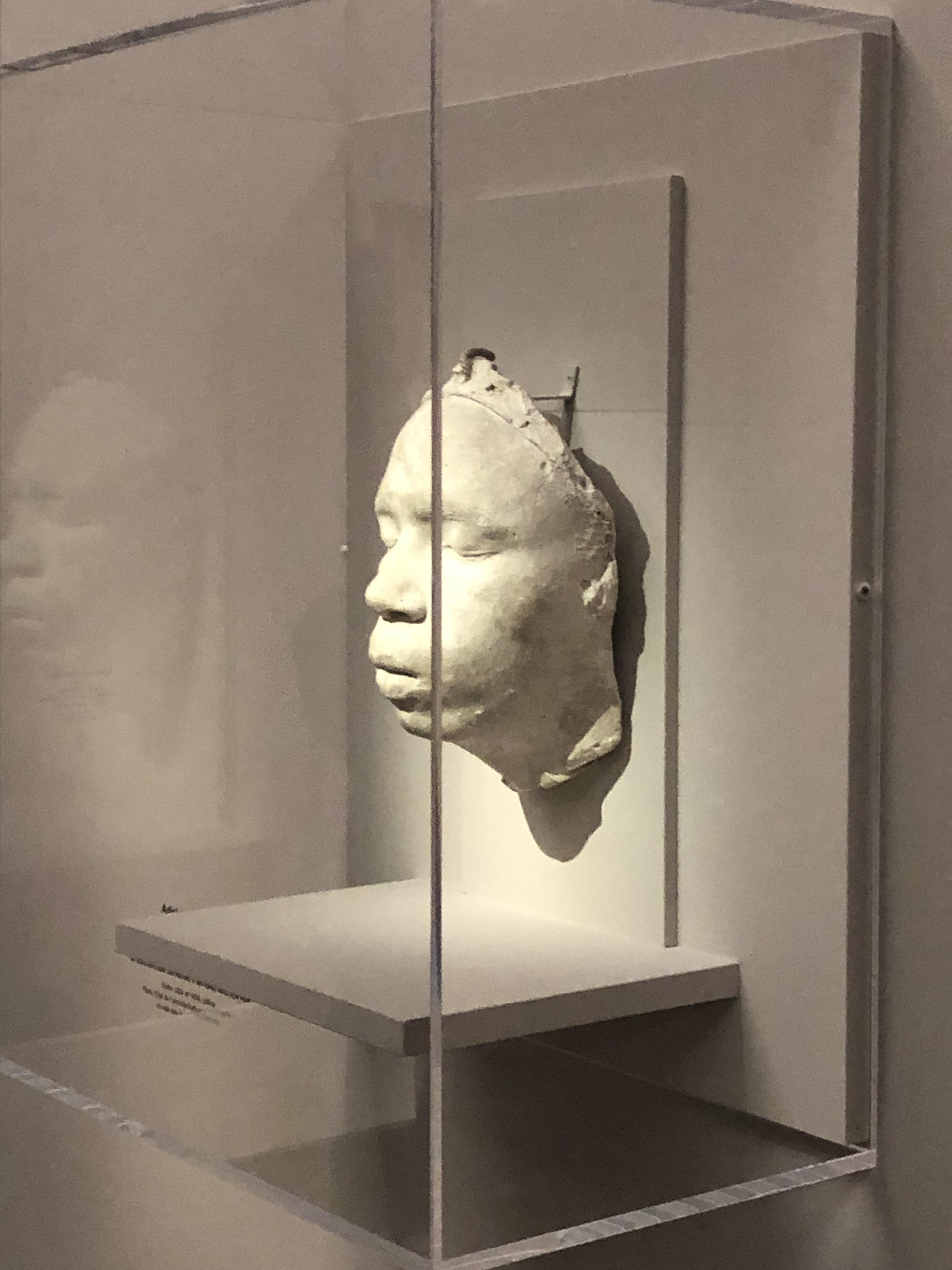 Tenue D Artiste Peintre le modèle noir : visite de l'exposition – par nadia radwan